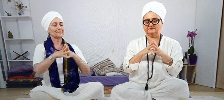 Guru Jiwan e Paola mostrano una meditazione del Kundalini Yoga a Senso Comune Rai 3