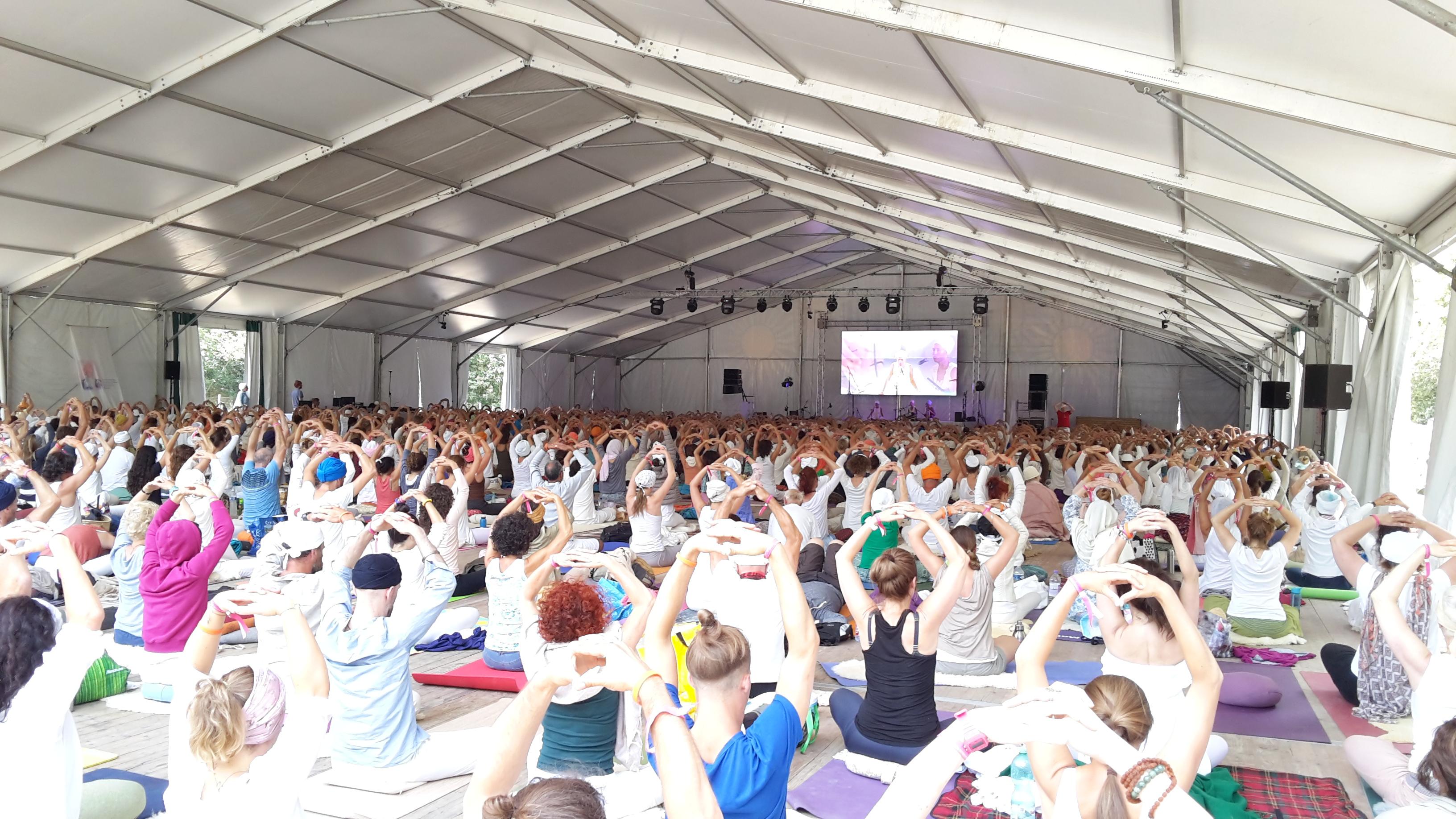 Meditazione yoga collettiva al Festival Europeo di Kundalini Yoga